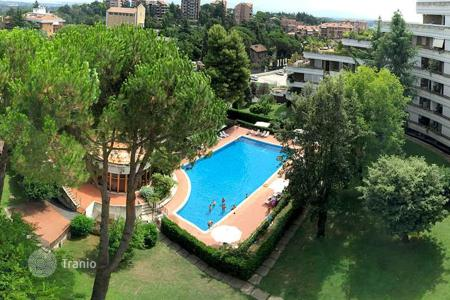 Apartments with pools for sale in Lazio. Penthouse on two levels in Rome with panoramic views