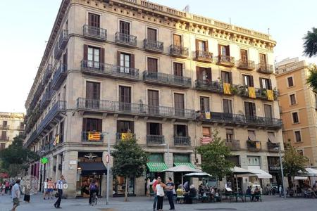 Apartments for sale in Ciutat Vella. Lovely 3-bedrooms apartment in the historic center of Barcelona