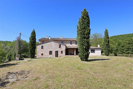 Luxury houses for sale in Umbria. Prestigious farmhouse for sale in Umbria