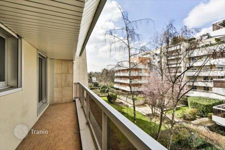 Cheap apartments for sale in Boulogne-Billancourt. Fully renovated apartment, with balcony and views of the garden, near the Bois de Boulogne, Paris