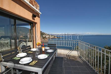 Villas and houses to rent in Theoule-sur-Mer. Villa – Theoule-sur-Mer, Côte d'Azur (French Riviera), France