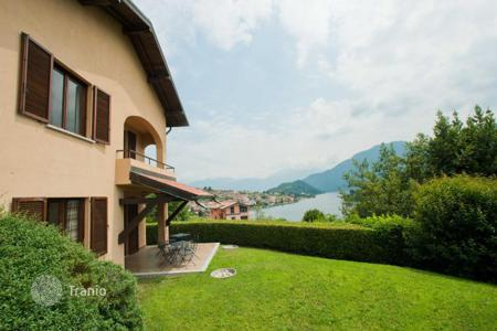 Cheap houses for sale in Italian Lakes. An cozy cottage on the bank of the lake Como with a terrace, a personal garage and with an access to the common park, Sala Comacina, Italy