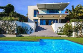 Houses with pools for sale in Menton. Beautiful villa with stunning views of the bay in Menton