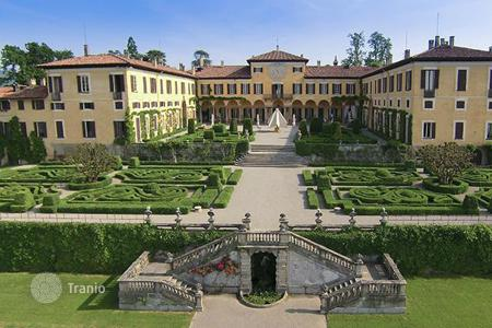 Residential for sale in Lombardy. 18th-century manor with a magnificent park in Lecco, near Lake Como