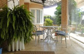 Townhouses for sale in Elche. Detached house of 4 bedrooms with a large private garden in Peña de las Águilas, Elche, Alicante