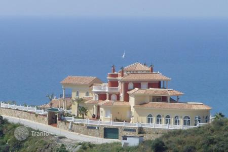 Houses with pools by the sea for sale in Costa del Sol. Villa on top of the hill with panoramic views to the sea and the mountain