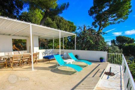 Luxury houses with pools for sale in Nice. Spacious and bright villa in Nice