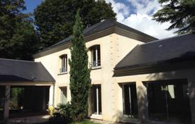 5 bedroom houses for sale in Ile-de-France. Spacious villa with a picturesque garden, in the city center, 30 minutes drive south of Paris, Ile-de-France