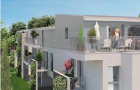 Apartments for sale in Bordeaux. Spacious apartment with a terrace in a small residence in the center of Bastide, Bordeaux, France