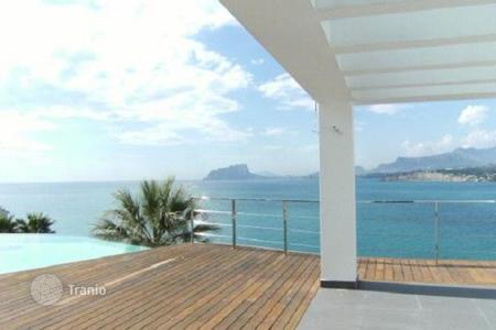 4 bedroom houses by the sea for sale in Costa Blanca. New modern villa with panoramic sea views, an outdoor terrace with infinity pool, 50 meters from the beach in Moraira, Costa Blanca