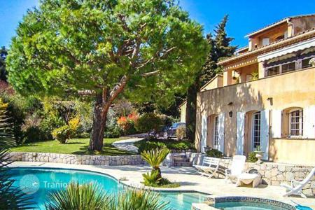 Luxury houses with pools for sale in Èze. Beautiful villa in Provence style in the hills of Eze
