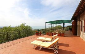 Residential for sale in Umbria. The prestigious two-level farmhouse with a splendid view of Lake Trasimeno