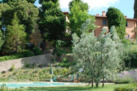 Villas and houses with pools to rent in Florence. Il Villino e le Scuderie
