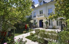 Luxury houses for sale in Neuilly-sur-Seine. Neuilly — Mairie