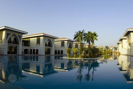 Luxury houses for sale in Western Asia. Beautiful villa with pool and garden in a prestigious area of Dubai — Palm Jumeirah