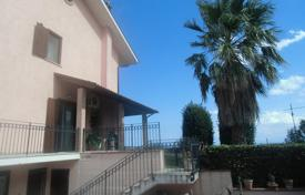 Residential for sale in Abruzzo. LARGE SEMI-DETACHED HOUSE WITH GARDEN AND SEA VIEW