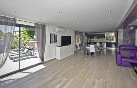 Houses for sale in Empuriabrava. Modern villa with a swimming pool, a jacuzzi, a spacious terrace and two separate apartments, Empuriabrava, Spain