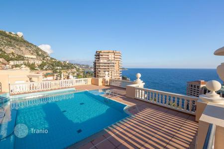 Luxury apartments with pools for sale in Europe. Renovated apartment with terrace and sea view, in residence with swimming pool, Monaco