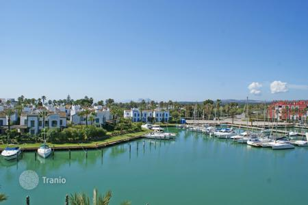 3 bedroom apartments for sale in Andalusia. Luxury penthouse in Isla de la Vela with fantastic views to the prestigious Sotogrande Marina
