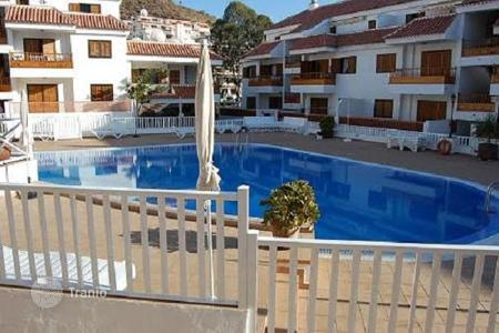 Houses with pools for sale in Los Cristianos. The furnished duplex with a large terrace, in a residential complex with swimming pool, 150 m from the beach, in Los Cristianos, Tenerife