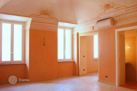 Property for sale in Borghetto Santo Spirito. Prestigious completely renovated apartment for sale of about 100 m² in size situated in the heart of Borghetto