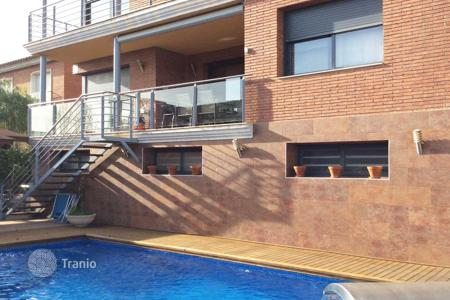 Houses with pools for sale in Tiana. Detached house just 10 min from Barcelona