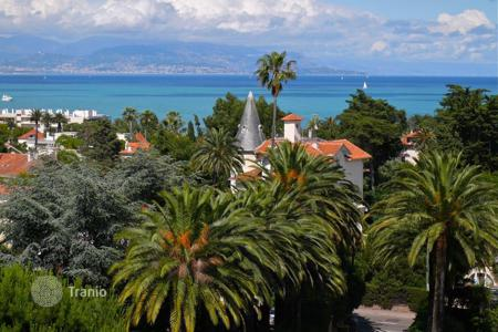 Apartments with pools by the sea for sale in Provence - Alpes - Cote d'Azur. Apartment in the Cap d 'Antibes – stunning view on the Mediterranean. Urgent sale!