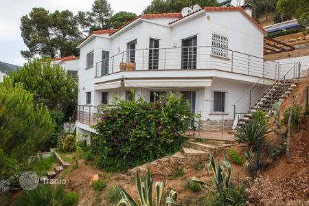 Houses with pools by the sea for sale in Catalonia. Luxury villa with swimming pool and garden in Rosamar, Costa Brava