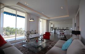 Luxury 3 bedroom apartments for sale in Cannes. Four-room apartment with a sea view in a residence with a concierge, Cannes, France
