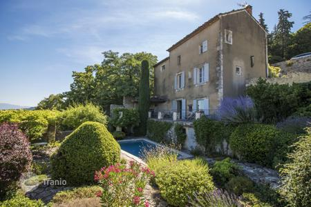 3 bedroom villas and houses by the sea to rent in France. Maison Bonnieux