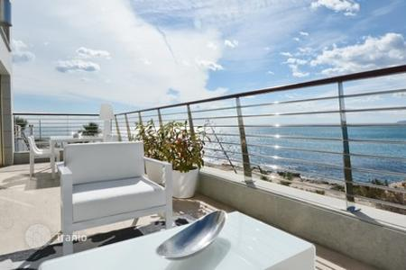 3 bedroom houses for sale in Alicante. House in a private luxury condo in front of the ocean in Alicante, Spain