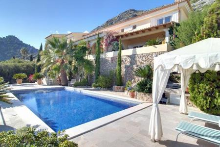 Houses with pools for sale in Majorca (Mallorca). Luxury Villa with private pool and sun terrace with views over the bay of Pollensa and the mountains
