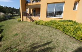 3 bedroom apartments for sale in Majorca (Mallorca). Apartment with a terrace and a garden in a residential complex with a pool and a parking, Cala Vinyas, Spain