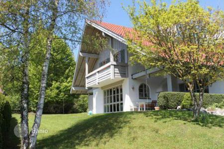 Houses with pools for sale in Bavaria. Spacious 2-storey villa with a garden in the popular suburb of Munich