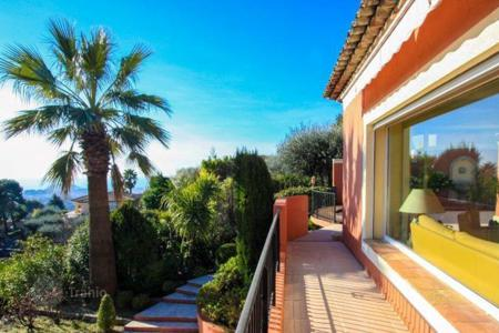 Luxury houses with pools for sale in Nice. Charming guarded villa in the hills of Nice