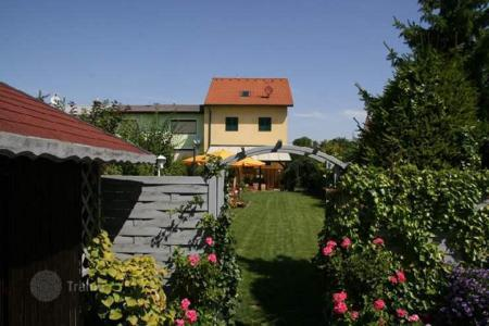 Houses with pools for sale in Austria. Beautiful villa with a heated pool in the 22nd disctrict of Vienna