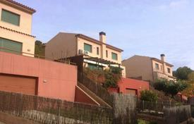 Cheap property for sale in Catalonia. New three-level townhouse in a complex with swimming pool, Costa Dorada, Spain
