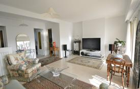 Residential for sale in Côte d'Azur (French Riviera). Elegant apartment with a terrace, a cellar and a parking, in a privileged district, close to the city center, Badine, Juan-les-Pins, France