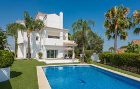 Coastal property for sale in Estepona. Gorgeous Villa in Atalaya Golf