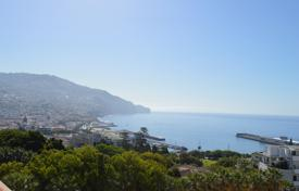 Apartments with pools by the sea for sale in Portugal. 3 bedroom apartment in the centre of Funchal