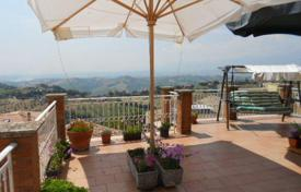 Apartments for sale in Abruzzo. The 3-level apartment with 4 bedrooms and a terrace with panoramic views of the mountains and the sea, in the heart of Atri, Abruzzo, Italy