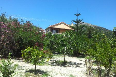Houses for sale in Zakinthos. Zakynthos. For sale, two-storey house of 140 sqm on a plot of 10 acres, just 9 km from the Zakynthos town
