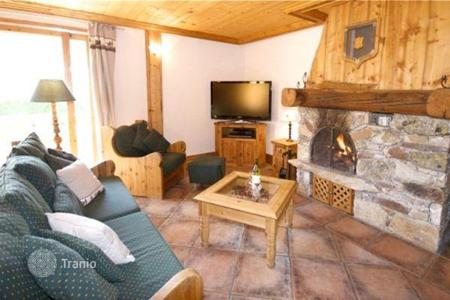 Residential to rent in Mâcot-la-Plagne. Stylish chalet with private parking at the ski resort of La Plagne, France