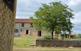 Houses for sale in Gers. Spacious villa with a guest house, barns and outbuildings, 15 minutes drive from Mirande, Gers, France