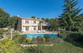 5 bedroom houses for sale in Roquefort-les-Pins. Roquefort-les-Pins — Villa close to the village center