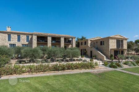 Villas and houses to rent in Gordes. Gordes — Exceptional contemporary house