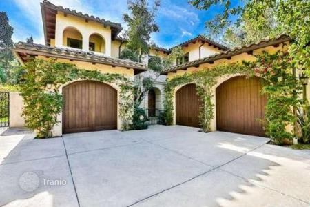 Luxury houses for sale in North America. Two-storeyed villa with terrace in gated community of 4 residences, Los Angeles, USA