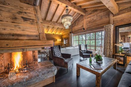 Chalets for rent in French Alps. Cozy chalet with a pool, a terrace with a jacuzzi and a hammam, near the center of the town and the slopes, Courchevel, France