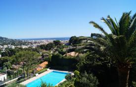 Residential for sale in Le Cannet. A 4 room corner apartment with a superb sea view