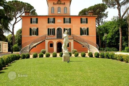 Houses with pools for sale in Florence. Villa – Florence, Tuscany, Italy